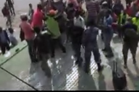 Vídeo: Caos para subir al barco Djibloho (la ley del más fuerte)