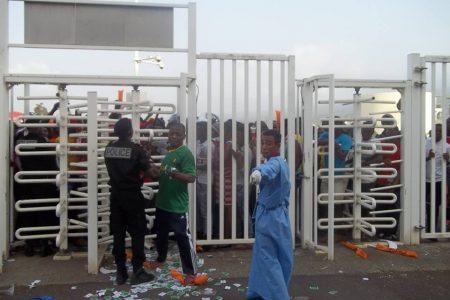 Las Fuerzas Especiales impidieron el acceso de aficionados con entradas