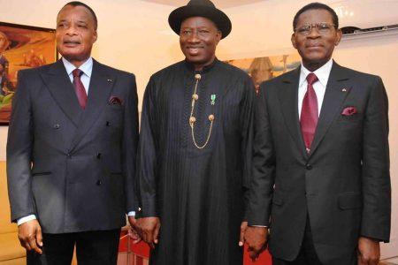 Goodluck Jonathan postulante a la reelección rodeado de dos dictadores