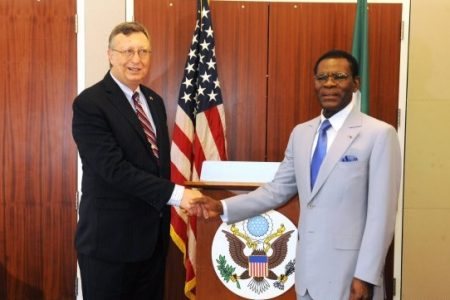 Obiang Nguema presume de la protección de EEUU por medio de Mark Asquino