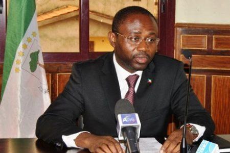 El Ministro de Asuntos Exteriores retira los poderes para firmar visados a dos funcionarios