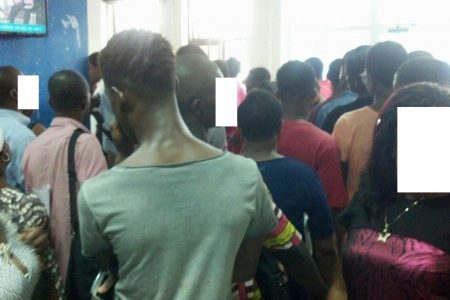 Segesa amanece con largas colas de clientes «cabreados» por su mala gestión y robo impune