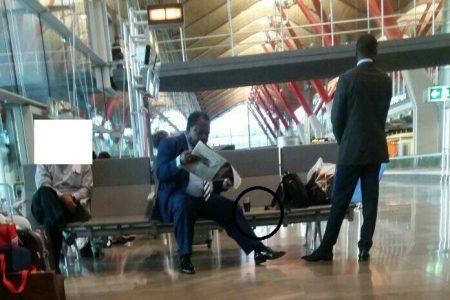 Pillado el Tercer Viceprimer Ministro de Obiang en Barajas tomando Whisky
