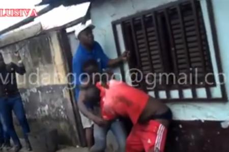 Vídeo: Brutal pelea entre un ciudadano y el Teniente del distrito Urbano de Campo Yaounde
