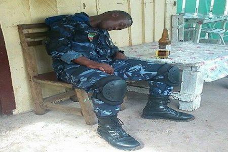 Miembro del ejército de Guinea Ecuatorial ebrio lamentando la crisis económica