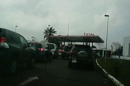 """Largas colas desde la madrugada en el surtidor de Total en Malabo II """"no hay gasolina para todos"""""""
