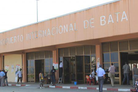 """El Aeropuerto de Bata sin Luz """"no podemos facturar y llevamos 4 horas esperando"""""""