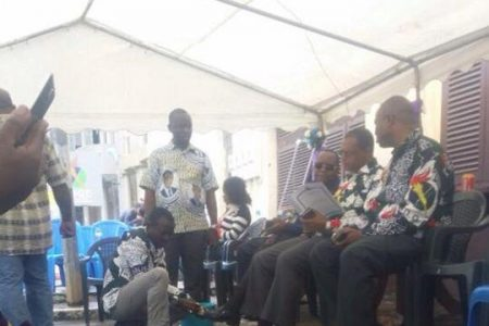 Fortunato Ofa Mbo y Jerónimo Osa Osa Ecoro obligan a un militante limpiarles los zapatos