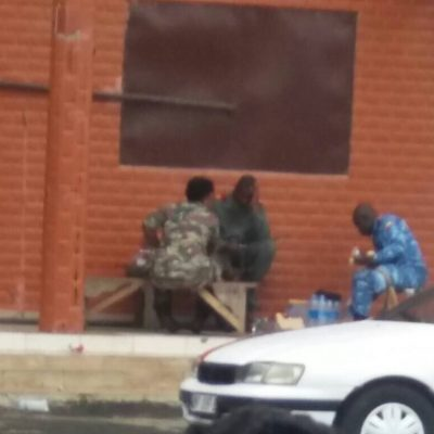El Gobierno alimenta a sus militares a base de una barra de pan y una botella de agua