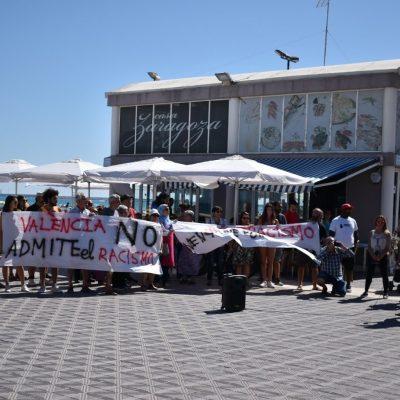 Varias asociaciones ciudadanas se concentran frente al restaurante de Juan Peiró en repulsa al racismo