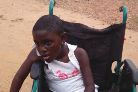 Una abuela pide ayuda para su nieta con parálisis cerebral en Guinea Ecuatorial