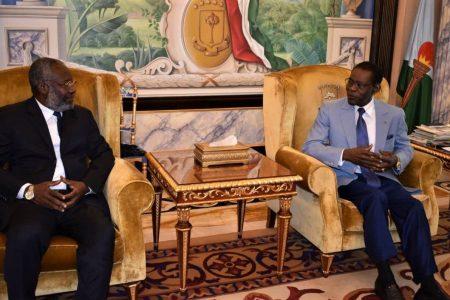 Avelino Mocache firma el pacto de coalición entre su partido opositor UCD y el del Gobierno de Obiang